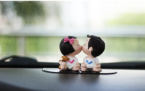 Lovely and Exquisite Kissing Cartoon Character Resin Creative Car Decor